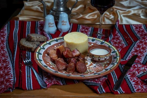 Carne si carnat la garniță cu mămăliguță și usturoi