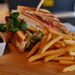 250 g CLUB SANDWICH s hranolkami a burger majonéza