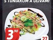 Zeleninový šalát s tuniakom a olivami