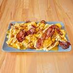 Frytki z prażonym boczkiem- frytki z sosem serowym, boczkiem i prażoną cebulą