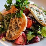 Salátové listy s čekankou, cherry rajčaty, čočkou beluga, grilovaným sýrem halloumi a mátovým dresinkem