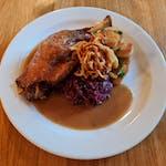 Konfitované kachní stehno s červeným zelím s brusinkami a vínem, opečené bramborové noky