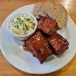 Pečená vepřová BBQ žebra, zelný salát s křenem, hořčice, pečivo