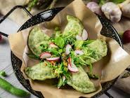 pierogi zielone z sałatką
