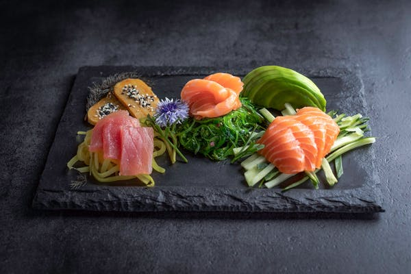 Sashimi z wybraną rybą i warzywami
