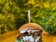 SEZONOWY burger z kurkami, rukolą, cebulką, sosem śmietanowym, puszystym serkiem i bekonem W ZESTAWIE