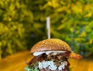 SEZONOWY burger z kurkami, rukolą, cebulką, sosem śmietanowym, puszystym serkiem i bekonem