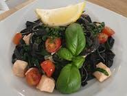 Włoski makaron tagiatelle z łososiem