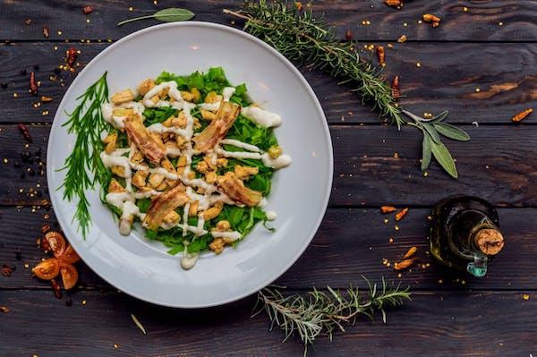 Salata s piletinom i pancetom