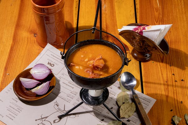 Ciorbă de fasole cu ciolan afumat și salată de ceapă