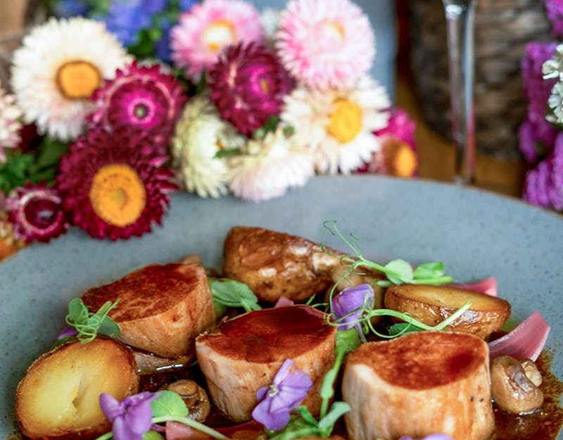 Polędwiczka wieprzowa z pieczonymi ziemniakami, konfitowanymi pieczarkami i sosem demi glace