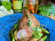 Golonka z indyka duszona w sosie własnym, gnocchi, różyczki kalafiora w płatkach kukurydzianych, blanszowane pomidorki koktajlowe,