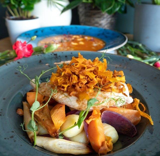 kurczak zagrodowy sosu vide z pieczonymi warzywami korzennymi oraz maślanymi gnocchi