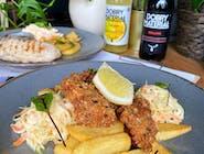 Fish and Chips, czyli panierowana ryba z frytkami, coleslaw