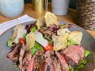 Sałatka z polędwicą wołową, chipsami z bagietki i parmezanu, mieszanka  włoskich salat i winegretem z Grenadine