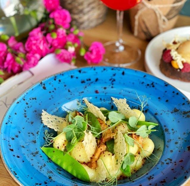 gnocchi z warzywami sezonowymi na białym winie