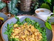 Gnocchi w sosie z białego wina i sera gorgonzola, orzechy włoskie, rukola
