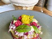 Tatar z polędwicy wołowej podwędzany, chips z parmezanu, jajko przepiórcze,  marynowane różyczki z kalafiora, pieczywo własnego wypieku