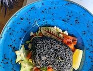 Polędwica z dorsza panierowana w czarnym sezamie, frytki z batatów, sos tatarski