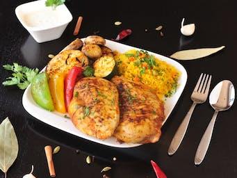 Grillowany filet kurczaka z ryżem lub frytkami do wyboru oraz grillowanymi warzywami.