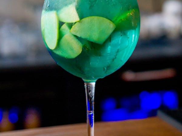 Green Apple : suc de mere , sirop de scortisoara , mere (200 ml)