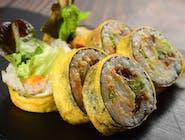 Tamago Maki z krewetką w tempurze, spicy mayo i warzywami