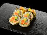 Tamago Maki z marchewką w tempurze, spicy mayo i warzywami