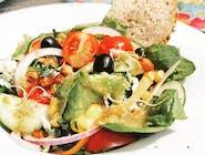 Sałatka śródziemnomorska z prażoną ciecierzycą