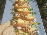 Sałatka miesiąca z wegańskim serem pleśniowym i grilowaną gruszką