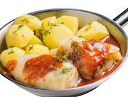 Gołąbki z mięsem wieprzowym i ryżem w sosie pomidorowym podawane na patelnii