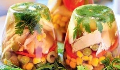 Galaretka z kurczaka, jajkiem i warzywami