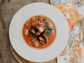 Zupa rybna z owocami morza