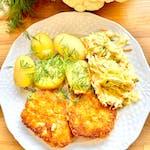 Kotlety z młodego kalafiora i cieciorki, młode ziemniaki i surówka Colesław