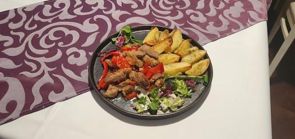Ceafă țigănească cu cartofi copți pe vatră