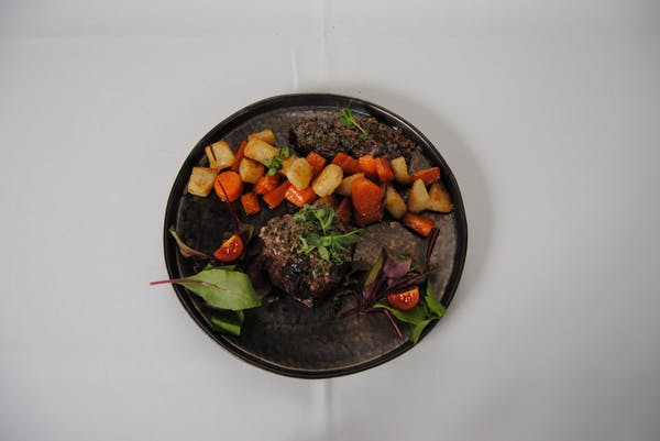 Mușchi de vită Andalouse în crustă de măsline și legume coapte