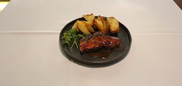 Ceafă în crustă de miere și muștar cu rondele de cartofi