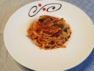 Spaghete cu pui și sos roșu