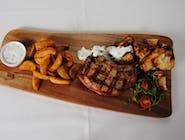 Tomahawk de porc cu chipsuri de țelină, cartofi wedges și sos tzatziki
