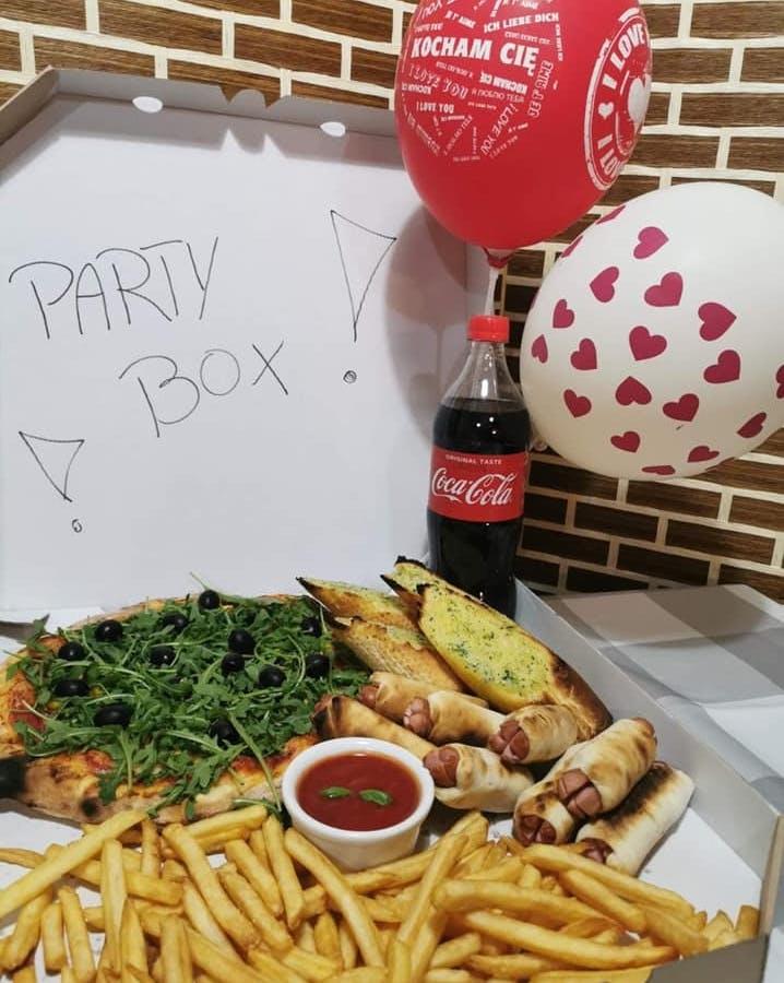 ✅Party Box 1 a w nim :  🍕Pizza 30 cm ( plus dwa dowolne składniki do wyboru ) + pieczywo czosnkowe +świnki w kocyku + frytki + sos pomidorowy+ Cola 850 w gratisie