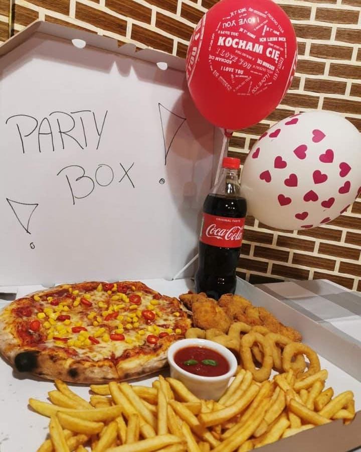 ✅Party Box 2 a w nim :  🍕Pizza 30 cm ( plus dwa dowolne składniki ) + nugettsy+frytki+ krążki cebulowe+ sos do wyboru + Cola 850 ml w gratisie