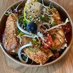Sałatka z grillowanym łososiem, mieszanką sałat, pomidorkami i cytryną