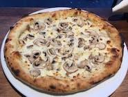 Pizzau funghi na białym  podkładzie