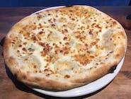 Pizza 4 sery na białym pokładzie