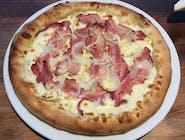 Pizza carbonara na białym podkladzie