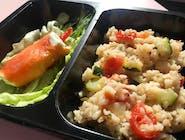 Ryż z cukinią i pomidorkami z roladką z łososia wędzonego