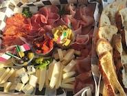 zestaw włoskich wędlin i serów
