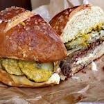 Burger Oficyna / wołowina / cheddar / karmelizowana cebula / pikle / frytki
