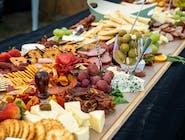 Deska mix przekąskowy / sery pleśniowe, chorizo, szynki dojrzewające, winogron, paluszki grissini, orzechy włoskie, mus owoców leśnych, papryczki peperuccino, oliwki
