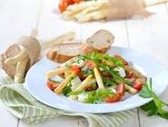 Sałatka z kozim serem i szparagami / kozi ser, szparagi, mix sałat, kiszona rzodkiewka, jajko, pomidorki koktajlowe, sezam/