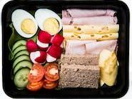 STANDARD:  Omlet lub jajka sadzone, wędliny, ser żółty, pomidor, ogórek, pieczywo mieszane, masełko, dżem, miód, woda 0,5L